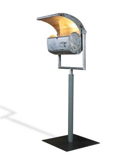 LE CORBUSIER 1887-1965 REVERBERE D'INTERIEUR - 1952  Coque en tôle d'acier laquée argent à l'extérieur, doublée à l'intérieur d'une tôle d'aluminium faisant office de réflecteur. Eclairage indirect dissimulé dans la partie arrondie, occulté latéralement par deux joues en tôle démontables. Hauteur totale : 246,5 cm (maximum) et 221 cm (minimum) - Larg : 62 cm - prof : 75,5 cm