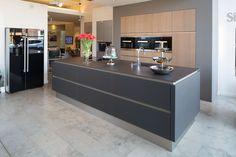 Küche schwarz Glas grifflos mit einer Keramik Arbeitsplatte in 12 mm und Side by Side Kühlschrank Siemens mit schwarzen Glas Türen. Küche und Design Stadtlohn. Küchenhaus Krumme Stadtlohn.