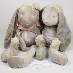 Conejo de peluche súper suave de orejas largas y color piedra. Ideal para regalar a los peques con el nombre bordado en las orejitas.