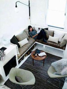 Woonkamer vakantiehuis van Valentina Pilia | Inrichting-huis.com Corner Seating, Built In Seating, Lounge Seating, Small Living Rooms, Home Living Room, Living Room Furniture, Living Area, Furniture Layout, Lounge Design