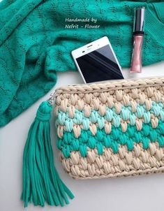 If you are looking for a perfect as well as a stylish crochet bag pattern then this the right platform for you. Make your own crochet bag from simple to fashionable. Crochet Clutch Bags, Free Crochet Bag, Crochet Pouch, Crochet Diy, Crochet Handbags, Crochet Purses, Blog Crochet, Crochet Bags, Knitted Bags