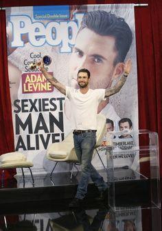"""Adam Levine bromeando en el programa de Jimmy Kimmel con un espejo como premio al """"Hombre Más Sexy"""""""