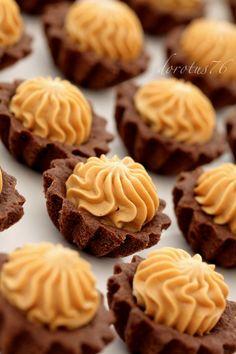 Kruche babeczki kakaowe z kremem karmelowym