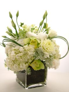 L' art floral moderne – jolis arrangements de fleurs fraîches – Archzine. Table Flowers, Fresh Flowers, White Flowers, Beautiful Flowers, White Hydrangeas, Arte Floral, Deco Floral, Floral Design, White Flower Arrangements