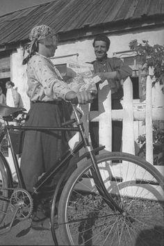 Сельский почтальон принесла газеты колхознику - бригадиру Марину, 1938 г., Куйбышевская обл.