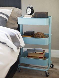 Étagère, table basse, desserte, lit... Du salon à la salle bains, en passant par les chambres, les meubles se voient souvent dotés de roulettes, pour se rendre toujours plus ingénieux et nous devenir indispensables. Sélection.