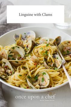 Linguine with clams in a garlicky white wine sauce makes an easy and elegant Italian pasta dinner. pasta italian Restaurant-Style Linguine with Clams - Once Upon a Chef Fish Recipes, Seafood Recipes, Dinner Recipes, Cooking Recipes, Healthy Recipes, Cooking Ideas, Healthy Food, Linguine And Clams, Pasta With Clams