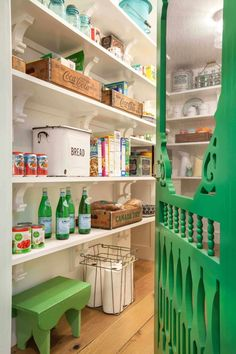 17 Awesome Pantry Shelving Ideas to Make Your Pantry More Organized To make the pantry more organized you need proper kitchen pantry shelving. There is a lot of pantry shelving ideas. Here we listed some to inspire you Kitchen Pantry Design, Kitchen Organization Pantry, New Kitchen, Pantry Ideas, Organization Ideas, Storage Ideas, Organized Pantry, Pantry Room, Organizing