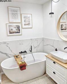 How to furnish a small bathroom Westwing- Come arredare un bagno piccolo Bathroom Renos, Bathroom Layout, Bathroom Ideas, Modern Bathroom, Small Bathroom, Small Freestanding Bath, Bath Tube, Bathroom Caddy, White Marble Bathrooms
