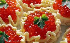 Быстрая и вкусная закуска - бутерброды с семгой и красной икрой! Ингредиенты: ● Хлеб ( лучше всего для тостов) ● Семга ● Сливочное масло ● красная икра ● зелень для украшения
