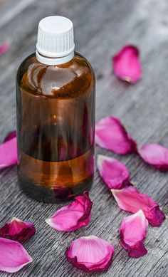 5 Natural DIY Home Scents - simplylivingpink Rose Essential Oil, Essential Oil Perfume, Essential Oil Blends, Good Massage, Massage Oil, Melaleuca, Essential Oil Supplies, Troubles Digestifs, Perfume Recipes