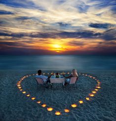 This would be an easy romantic idea for the beach. Post image for 2014 Valentine's Day Gift Guide for Travelers .This week is Valentine's Day, my favorite symbol seen everywhere…fun, fun, fun! Romantic Surprise, Romantic Beach, Romantic Night, Romantic Places, Romantic Dinners, Beautiful Places, Romantic Ideas, Romantic Restaurants, Romantic Pictures
