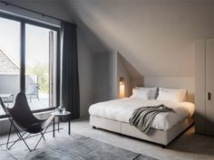 kasten om bed tegen schuine wand Cosy Bedroom, Home Decor Bedroom, Modern Bedroom, Bedroom Ideas, Home Interior, Interior Design, Boutique Homes, Minimalist Interior, House And Home Magazine