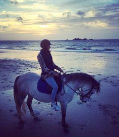 Laury Thilleman Elle en a profité pour faire du cheval sur la plage