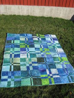 Super slice and dice quilt in blues and greens. I love the colour scheme and how the blocks are cut unevenly. So pretty. Looks like it just uses a disappearing nine-patch scheme.