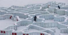 Visitantes percorrem um labirinto feito de tijolos de gelo no 31º Festival Internacional de Gelo e Neve de Harbin, na cidade de Harbin, nordeste da China.  Fotografia: Kim Kyung-Hoon/ Reuters.
