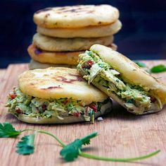 Arepas are gluten free corn cakes, eaten in Venezuela in place of bread - crunchy outside, tender inside, filled with chicken or cheese or anything you like. This recipe pairs homemade arepas with scrumptious Venezuelan chicken and avocado salad. Pizza Hamburger, Venezuelan Food, Venezuelan Recipes, Colombian Food, Colombian Arepas, Mexican Food Recipes, Ethnic Recipes, Dinner Recipes, Comida Latina