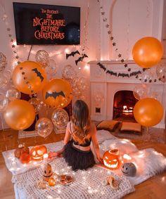 """This year my halloween is a movie night 🎃👻🖤🕷🕸"" Fröhliches Halloween, Halloween Movie Night, Halloween Bedroom, Halloween Inspo, Halloween Tattoo, Halloween Home Decor, Halloween Season, Halloween Balloons, Halloween Tumblr"