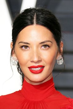 These Olivia Munn hairstyles are undoubtedly her best yet. Take a look at her stunning looks inside.