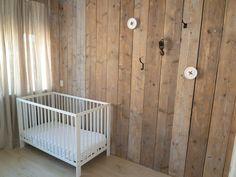 Steigerhouten wand, steigerhouten muur, industriele haken voor industriele look, industriele babykamer, steigerhouten babykamer, door Stijlbouw