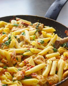 Makaron po florencku z kurczakiem i suszonymi pomidorami - Essen und Trinken - Yorgo Angelopoulos Lunch Recipes, Cooking Recipes, Healthy Recipes, Healthy Meats, Work Meals, Big Meals, Food Platters, Chicken Pasta, Food And Drink
