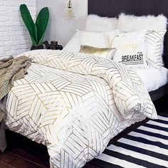 9 Decorative Warm Duvet Cover Sets For Your Bedroom This Christmas White And Gold Comforter, Gold Comforter Set, Duvet Bedding, White Gold Bedroom, Modern Comforter Sets, Teen Bedding Sets, Teen Room Decor, Room Ideas Bedroom, Bedroom Decor