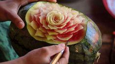 """Sculpture de pastèques à Bali, tentez de devenir un grand artiste en rejoignant nos baroudeurs pour """"Art de vivre & bains sacrés à Bali"""" - Voyage made by Barouding"""