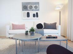 Olohuone kohteessa Muuramen Helmi, Asuntomessut 2017 Mikkeli Helmet, Couch, Living Room, Table, Furniture, Home Decor, Settee, Decoration Home, Hockey Helmet