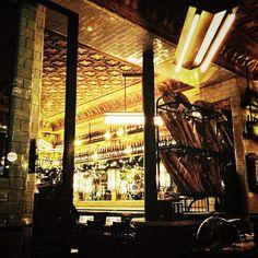 Café Francœur, 129 Rue Caulaincourt. https://www.facebook.com/pages/Café-Francoeur/142027539224812  C'est le hot-spot de l'apéro !  Imaginez un troquet glamour dans un décor parisien pur jus et de ravissantes petites tables pour boire un Cham Cham, le it-cocktail pétillant du moment à base de Champagne et de Chambord. Pas étonnant qu'on croise les it-girls de la butte, des people et starlettes derrière leurs lunettes de soleil griffées ou toute la bande du cinéma français après le boulot…