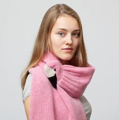 The soft, high-quality wool in the bird scarf makes it very nice to wear. In the flamingo's beak is a strong clip that serves as a clasp. The scarf is knitted by a knitting machine and hand. Pdf Sewing Patterns, Knitting Patterns, Crochet Patterns, 3d Christmas, Pink Flamingos, Vogue, Trends, Trending Outfits, Fabric