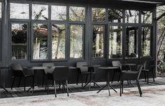 Christophe Pillet hat für Kristalia einen Sessel mit Armlehnen aus Kunststoff entwickeln, der sowohl für den Innen- als auch für den Außenbereich geeignet ist.