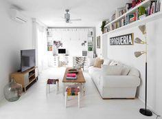 Salón de un apartamento pequeño decorado en blanco