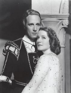 Leslie Howard and Norma Shearer in a publicity photo for Romeo and Juliet 1936 Old Hollywood Movies, Hollywood Actor, Golden Age Of Hollywood, Hollywood Actresses, Classic Hollywood, Actors & Actresses, William Shakespeare, I Look To You, Leslie Howard
