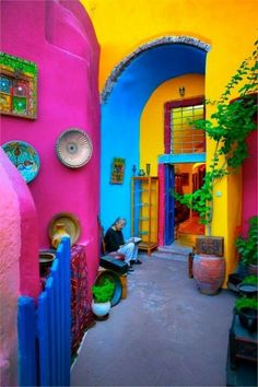 Mexican Home Decor Travel Style - Not sure if I would ever be brave enough for a. Mexican Home Decor Travel Style - Not sure if I would ever be brave enough for all the bright colors - maybe in my desert dream house. World Of Color, Color Of Life, Mexican Home Decor, Mexican Decorations, Mexican Bedroom Decor, Mexican Style Homes, Mexican Patio, Mexican Garden, House Decorations
