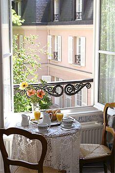 Petit-déjeuner, fenêtre ouverte. Écoutez les oiseaux!