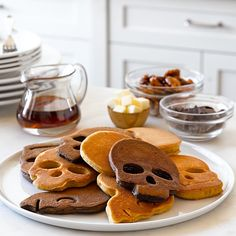 Halloween is on the rise and the smell is in the air. But what does Halloween smell like, you ask? Just like hot pancakes and delicious pumpkin skull cake. Creepy Food, Spooky Food, Halloween Breakfast, Toasted Pecans, Halloween Treats, Halloween Skull, Halloween Post, Halloween Goodies, Gastronomia