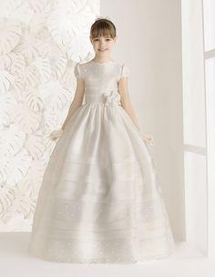 Vestido de comunión con lorzas de gazar de seda, en color natural.