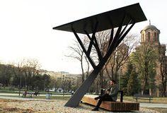 In Tašmajdan Park in Belgrade, Serbian-designer Miloš Milivojevic has created Black Tree, a tree-like mobile phone charger powered by the sun. Urban Furniture, Street Furniture, Solar Power Information, Roof Solar Panels, Mall Design, Survival, Solar Projects, Solar Installation, Black Tree