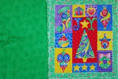 Manchmal hat man Quilt-Panels, mit denen man schon eine ganze Zeit etwas machen wollte. Als ich gebeten wurde, am Adventskalender von BERNINA mitzuarbeiten, habe ich diese fröhlichen, bunten Weihnachts-Panels aus dem Schrank geholt. Dazu ein Stoff mit einer schönen, frischen grünen Farbe, Stickmotive, und schon kann es losgehen: Natürlich werden es Weihnachtsgeschenke für meine Enkelkinder. Di ...
