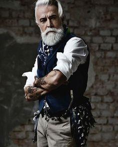 @henrijones_official #fashionblog #fashion #cool #style #acessory #sartoria #milano #beard #barber #beardoil #beardporn #beardlove #tattoo #oldschool #oldschooltattoo #alessandromanfredini #follow4follow