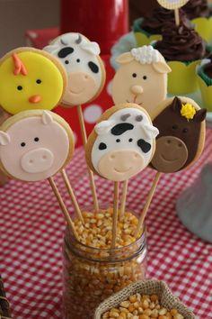 No ranking de festa de 1 aninho para meninos, Fazendinha é um dos temas mais pedidos! Hoje temos no blog a fazendinha do Theo!!! Bolo, cupcakes e biscoitos decorados da Farm Themed Party, Barnyard Party, Farm Party, Farm Birthday, First Birthday Parties, First Birthdays, Farm Animal Party, Farm Animal Birthday, Farm Cake