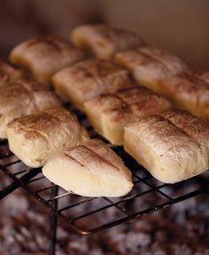 As jy weet hoe om roosterkoek te maak, sal jy dit altyd wil maak wanneer julle braai. Gebruik dit om boereworsrolle of prego-rolle mee te maak, of eet dit gewoon saam met botter en konfyt. South African Dishes, South African Recipes, Braai Recipes, Cooking Recipes, Yummy Treats, Yummy Food, Bread Bun, Bread Rolls, Campfire Food