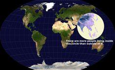 Mapa del mundo donde se ve la zona en la que vive más gente. Vive más gente dentro del círculo que fuera.