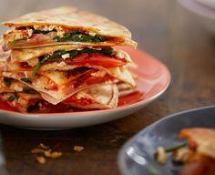 Upota juustonkannikat ja eripariset kasvikset tortillojen väliin. Paista leipiä paistinpannulla ja quesadillat ovat hetkessä valmiit.