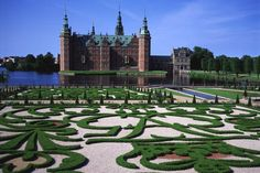 Considerado el mayor ejemplo del Renacimiento danés, el castillo de Frederiksborgk fue construido en Hillerod, ciudad del norte de Selandia, entre los siglos XVI y XVII, a mayor gloria de la monarquía danesa. El palacio más grande de Escandinavia descansa sobre tres islotes del Lago del castillo (Slotsso) y alberga un Museo de Historia Nacional que ocupa 80 de sus estancias y fue fundado gracias a J. C. Jacobsen, el propietario de la cervecera Carlsberg, que pagó la restauración del edificio…