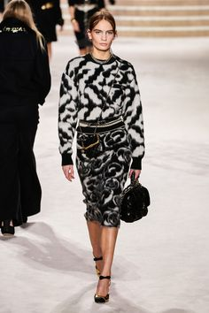 Chanel Pre-Fall 2020 Fashion Show Chanel Pre-Fall 2020 Collection - Vogue Record of Knitting Wool rotating, weaving and sewing careers such as for instanc. Fashion Moda, Fashion Week, Fashion 2020, Runway Fashion, Fashion Outfits, Fashion Trends, Chanel Fashion, Stylish Outfits, Women's Fashion