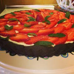 Tarta czekoladowa z mascarpone i truskawkami.