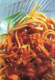 Tomatensaus met tonijn is een lekker recept en bevat de volgende ingrediënten: 2 uien, 1 teentje knoflook, 2 el olijfolie, 100 mL groentebouillon, 2 el afgestreken tomatenpuree, 1 laurierblad, 1 blik tomatenblokjes (400 g), zout, versgemalen peper, gemalen marjolein, 1 tl paprikapoeder (mild), 2 blikjes tonijn naturel (uitlekgewicht 150 g elk), 2 takjes peterselie