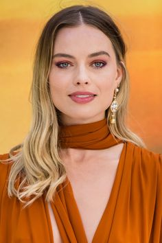 How to style the latest beauty hair and make-up trends, inspired by celebrities Atriz Margot Robbie, Margot Elise Robbie, Margo Robbie, Actress Margot Robbie, Margot Robbie Harley, Hair And Makeup Tips, Hair Makeup, Daily Beauty, Celebrity Beauty