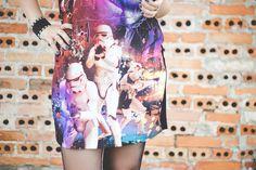 Look com vestido com estampa de Star Wars meia calça fina coturno chapéu e óculos